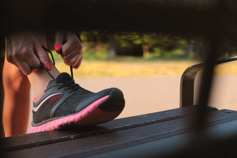 フリー写真 スニーカーの靴紐を結ぶ女性の手