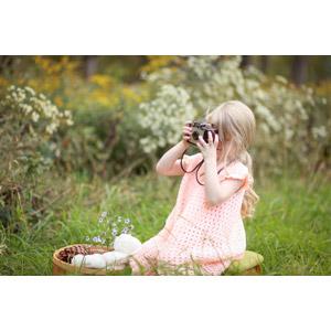 フリー写真, 人物, 子供, 女の子, 外国の女の子, アメリカ人, 草むら, ピクニック, カメラ, 写真撮影