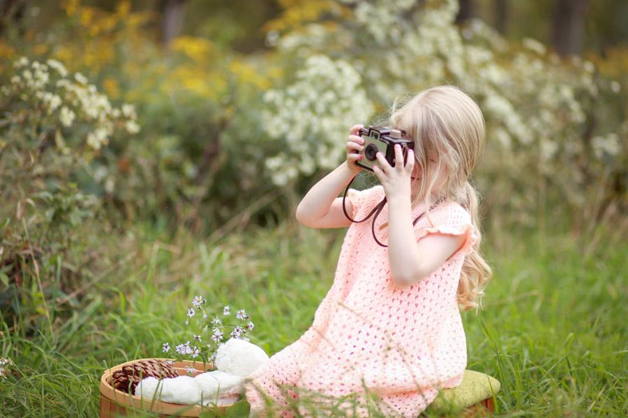 フリー写真 カメラで写真を撮る外国の女の子
