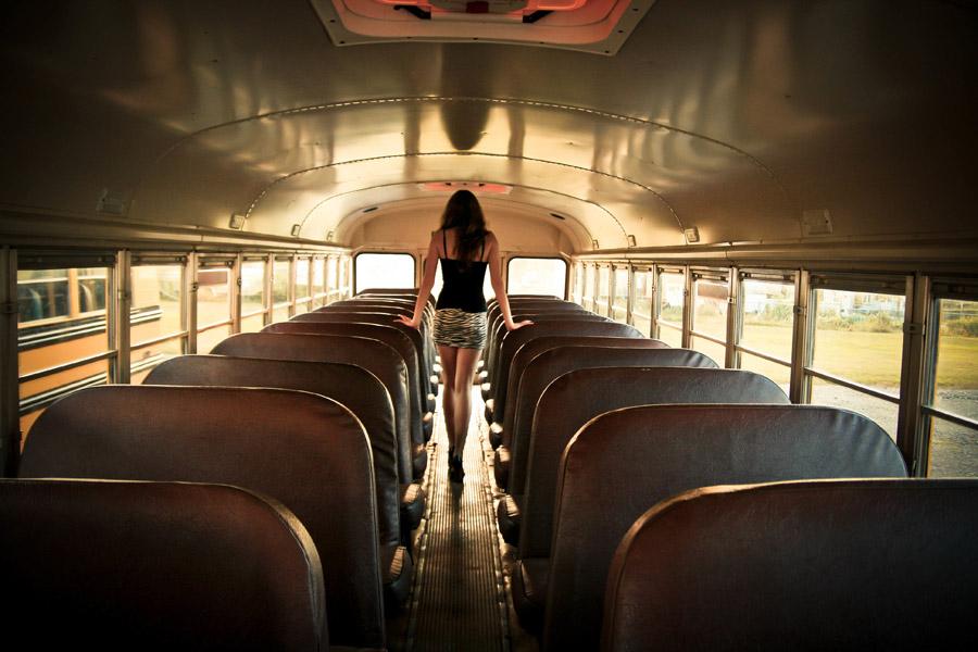 フリー写真 バスの中を歩く女性の後ろ姿