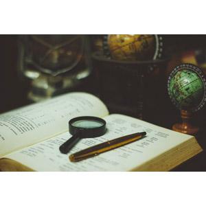 フリー写真, 地球儀, 本(書籍), 虫眼鏡(ルーペ)
