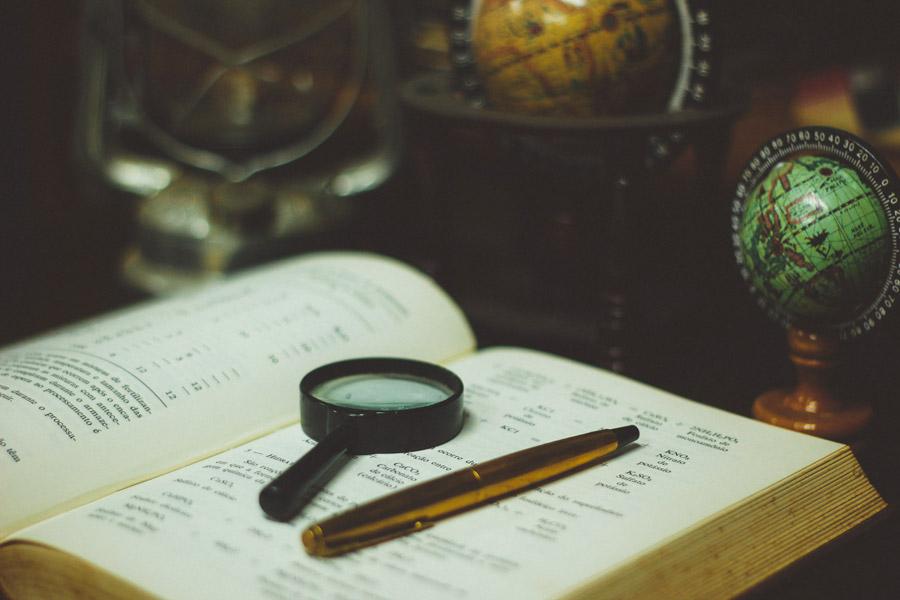 フリー写真 地球儀と本とルーペ