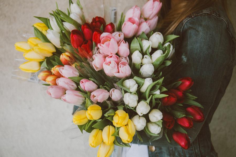 フリー写真 チューリップの花束を抱える女性