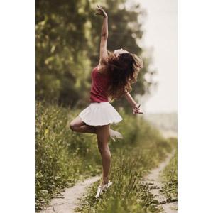 フリー写真, 人物, 女性, 外国人女性, ロシア人, 踊る(ダンス), バレリーナ, つま先立ち, 手を上げる, ミニスカート, 小道
