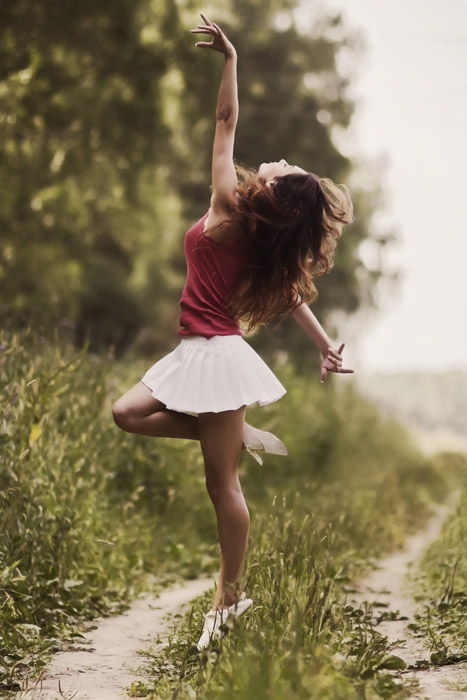 フリー写真 田舎道で踊る外国人女性のポートレイト