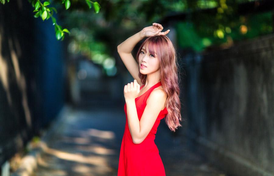 フリー写真 赤色のドレス姿の女性ポートレイト
