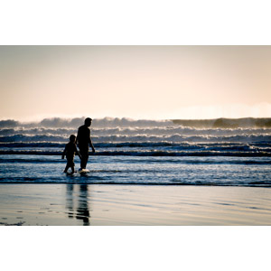 フリー写真, 人物, 親子, 父親(お父さん), 子供, 二人, 息子, 人と風景, 海, 波, ビーチ(砂浜)