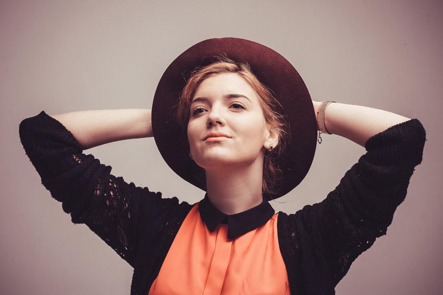 フリー写真 帽子を被って頭の後ろで手を組んでいる外国人女性