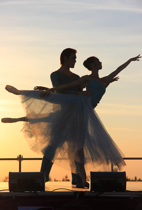 フリー写真 夕陽とバレエを踊るカップル