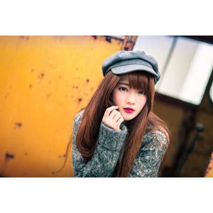 フリー写真, 人物, 女性, アジア人女性, 中国人, 欣欣(00001), 帽子, ハンチング帽, セーター(ニット), 顎に手を当てる, 頬に指を当てる