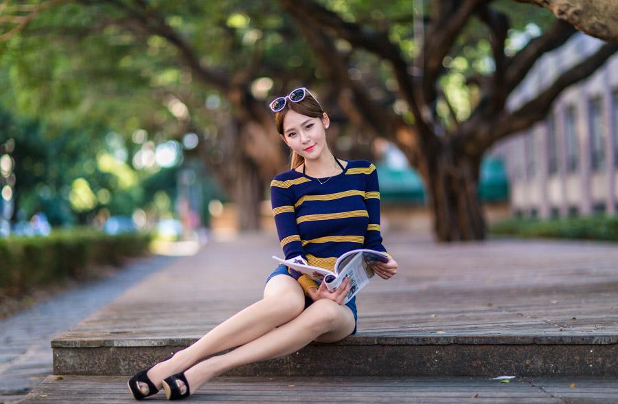 フリー写真 外で雑誌を読んでいる女性のポートレイト