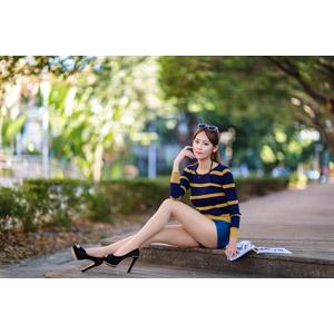 フリー写真, 人物, 女性, アジア人女性, 女性(00177), 中国人, 座る(床), サングラス, ショートパンツ, 雑誌