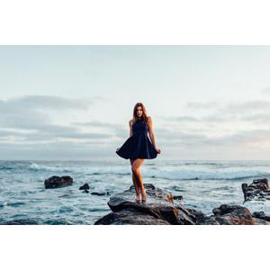 フリー写真, 人物, 女性, 外国人女性, アメリカ人, ワンピース, 人と風景, 海岸, 岩, 海