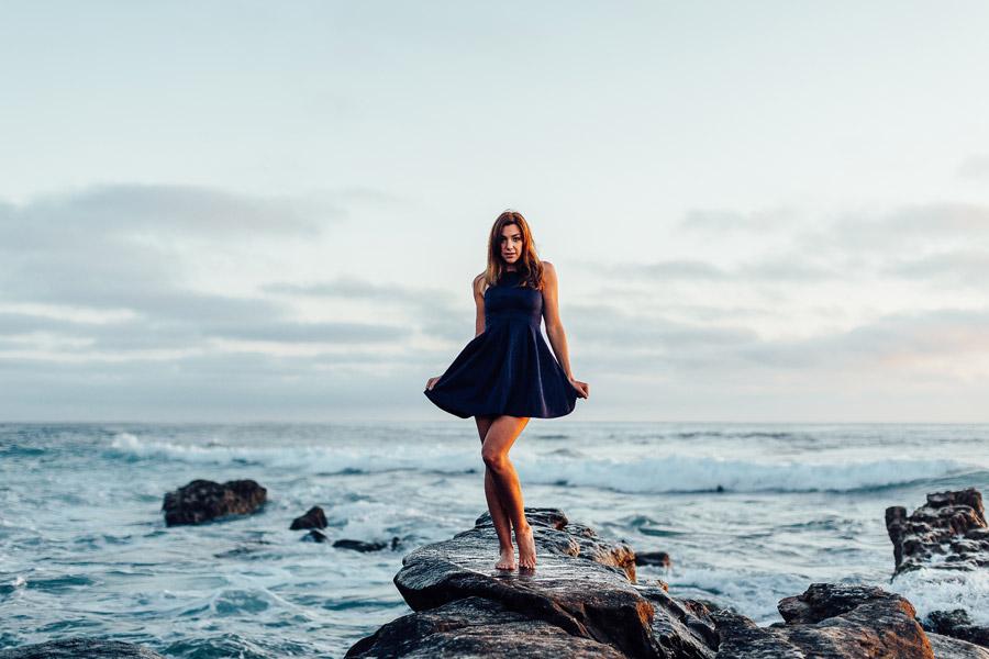 フリー写真 海岸の岩の上に立つ外国人女性