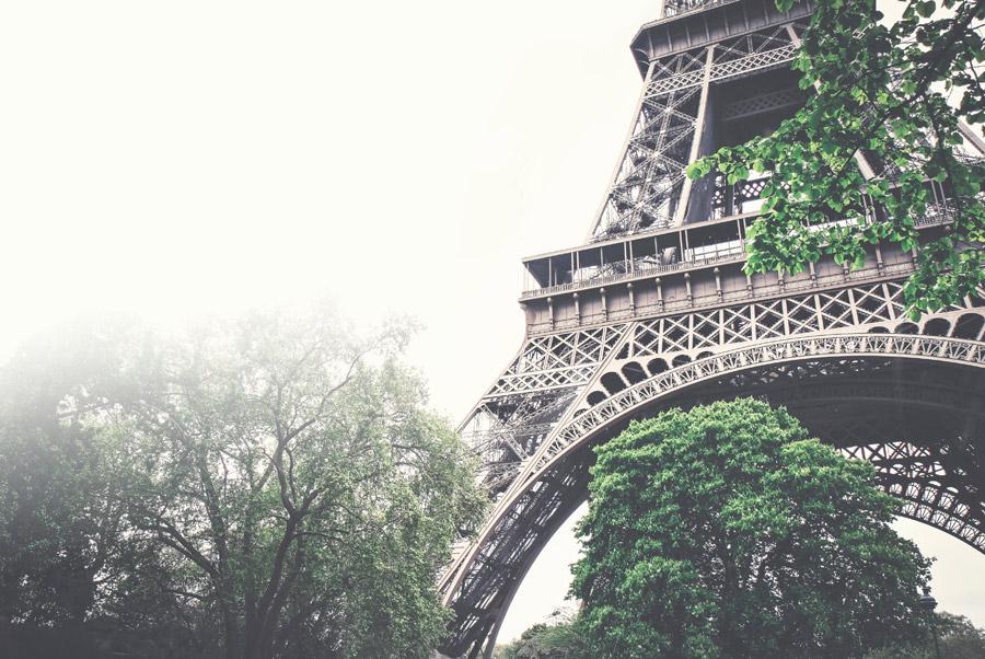 フリー写真 霧とエッフェル塔の風景