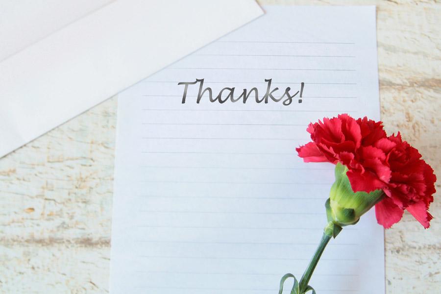 フリー写真 母への感謝の手紙とカーネーション