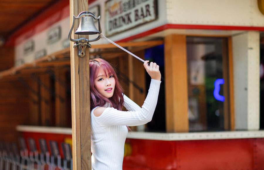 フリー写真 鐘を鳴らす紐と引っ張る女性のポートレイト