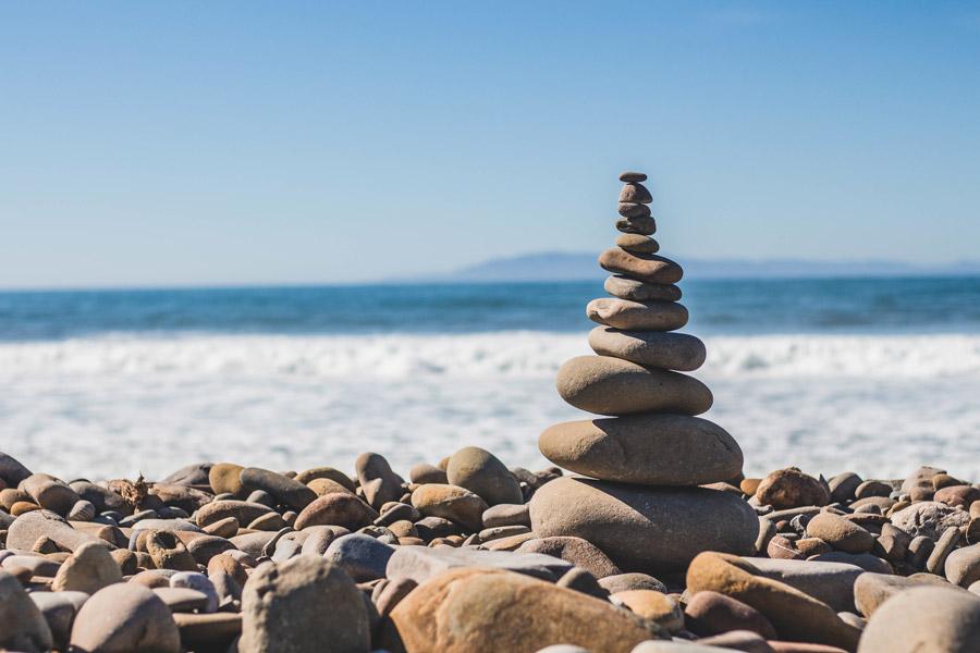 フリー写真 海岸に積み上げられた石
