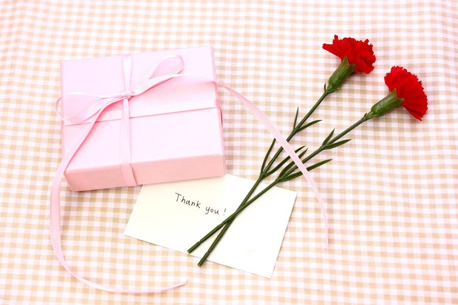 フリー写真 母の日のプレゼントとメッセージカード