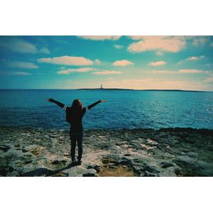 フリー写真, 人物, 女性, 外国人女性, 後ろ姿, 手を広げる, 背伸び, 人と風景, 海岸, 海