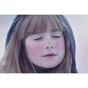 フリー写真, 人物, 子供, 女の子, 外国の女の子, 女の子(00034), 目を閉じる, 顔, フード