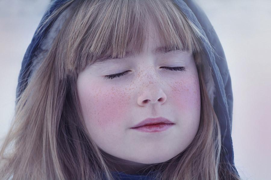 フリー写真 フードを被って目を閉じる女の子