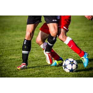 フリー写真, スポーツ, 球技, サッカー, 芝生, サッカー選手, 人体, 足, 脚, サッカーボール