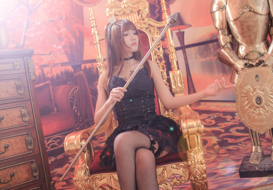 フリー写真 王座に座るゴスロリの女性