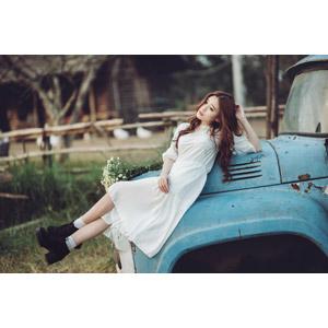 フリー写真, 人物, 女性, アジア人女性, 女性(00127), ベトナム人, 寝転ぶ, ワンピース, 廃車(放置自動車)