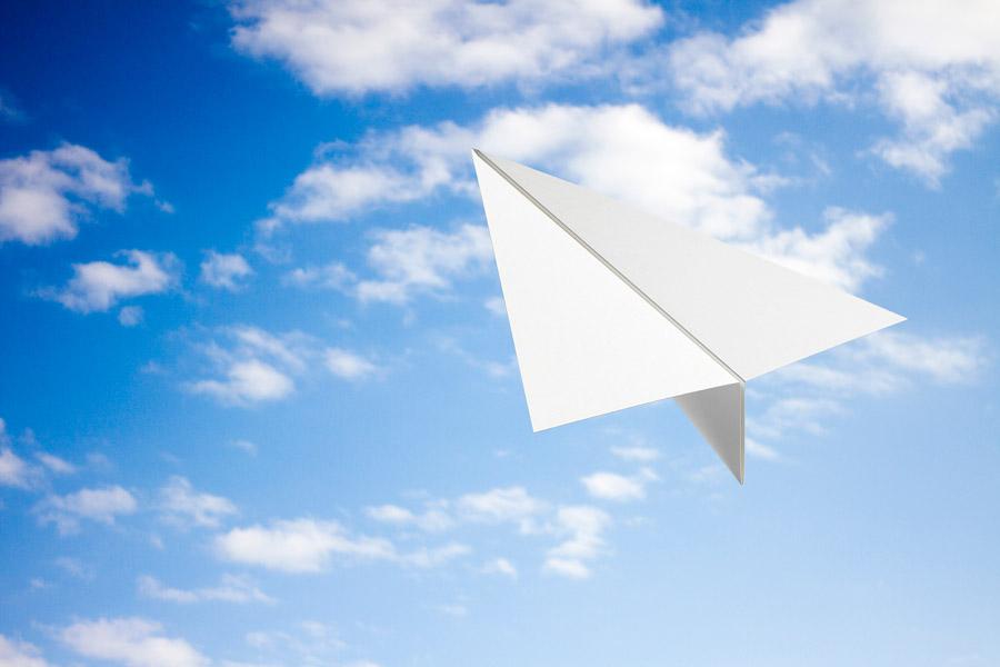 フリー写真 青空と紙飛行機