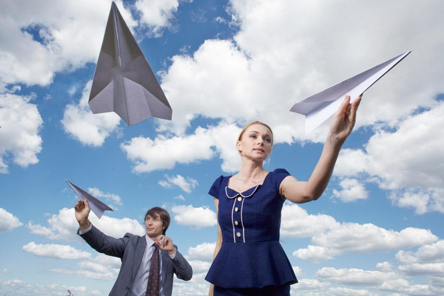 フリー写真 紙飛行機を飛ばす外国のカップル