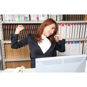 フリー写真, 人物, 女性, アジア人女性, 日本人, 女性(00023), ビジネス, 仕事, 職業, ビジネスウーマン, オフィス, 背伸び