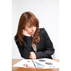 フリー写真, 人物, 女性, アジア人女性, 日本人, 女性(00023), ビジネス, 仕事, 職業, ビジネスウーマン, 書類, 頬杖をつく, 憂鬱, うんざりする