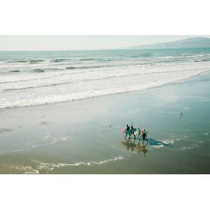 フリー写真, 人と風景, 四人, サーファー, サーフボード, サーフィン, 海, ビーチ(砂浜), 歩く