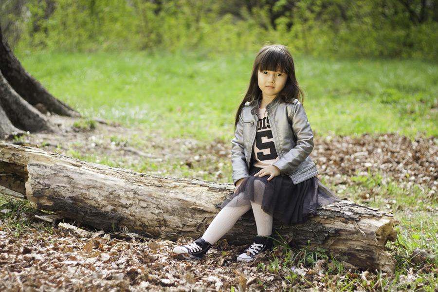フリー写真 倒木の上に座る女の子