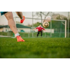 フリー写真, 人体, 脚, 足, スポーツ, 球技, サッカー, 芝生, サッカー選手, サッカーボール, 蹴る(キック), サッカーゴール