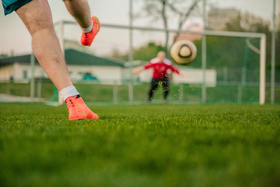フリー写真 シュートするサッカー選手の足元