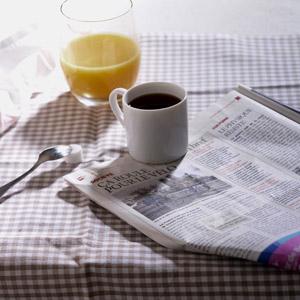 フリー写真, 朝食, 新聞, 飲み物(飲料), コーヒー(珈琲), コーヒーカップ, オレンジジュース