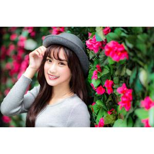 フリー写真, 人物, 女性, アジア人女性, 楚珊(00053), 中国人, 帽子, ボーラー帽, 人と花, 頭に手を当てる
