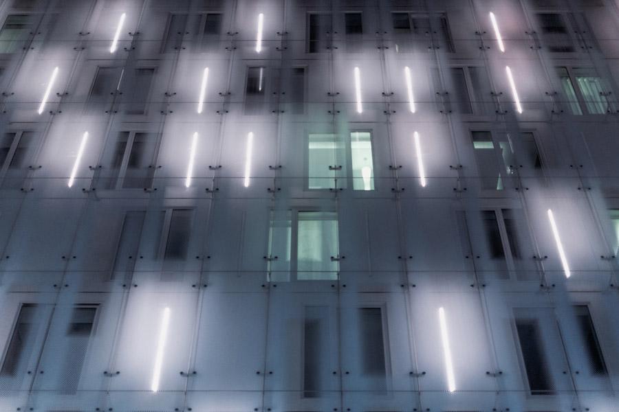 フリー写真 照明が灯るビルの背景