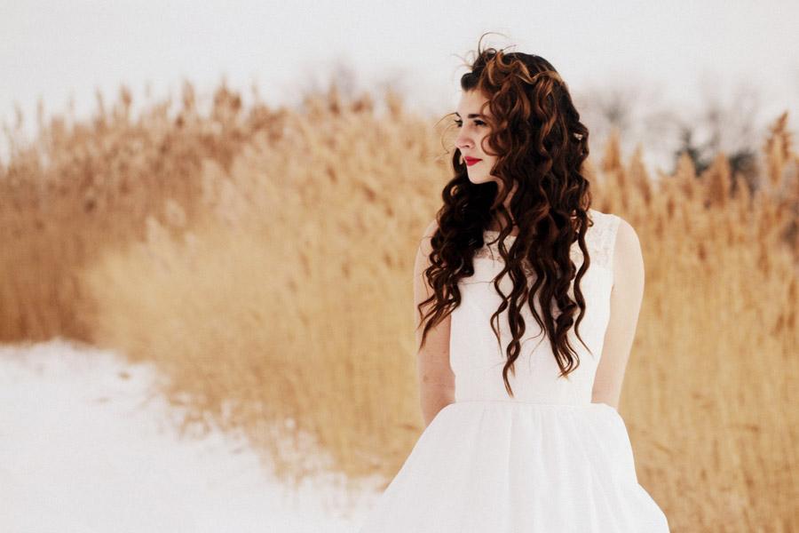 フリー写真 枯れ草と白いドレスを着た外国人女性