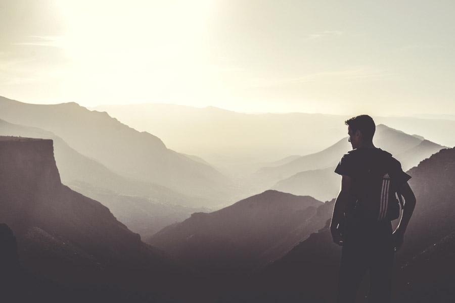 フリー写真 山頂からの景色を眺める男性