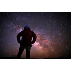 フリー写真, 人と風景, 後ろ姿, 夜, 夜空, 星(スター), 天の川, 腰に手を当てる