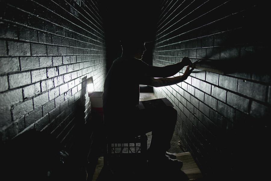 フリー写真 壁に穴を開けて脱走を企む人物