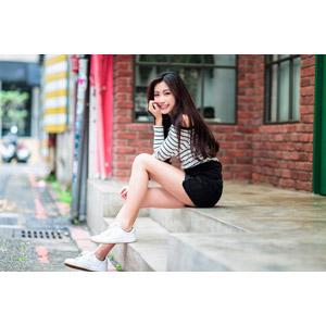 フリー写真, 人物, 女性, アジア人女性, 楚珊(00053), 中国人, 座る(階段), ショートパンツ, 顎に手を当てる, 頬に手を当てる