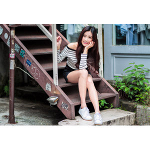 フリー写真, 人物, 女性, アジア人女性, 楚珊(00053), 中国人, 座る(階段), ショートパンツ, 頬杖をつく, 顎に手を当てる