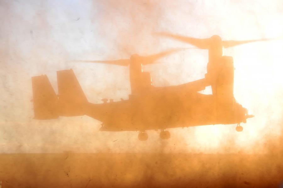 フリー写真 土煙を上げるCV-22 オスプレイ