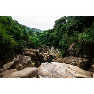 フリー写真, 風景, 河川, 渓谷, 山, 岩, 人と風景, 男性, 後ろ姿, ベトナムの風景