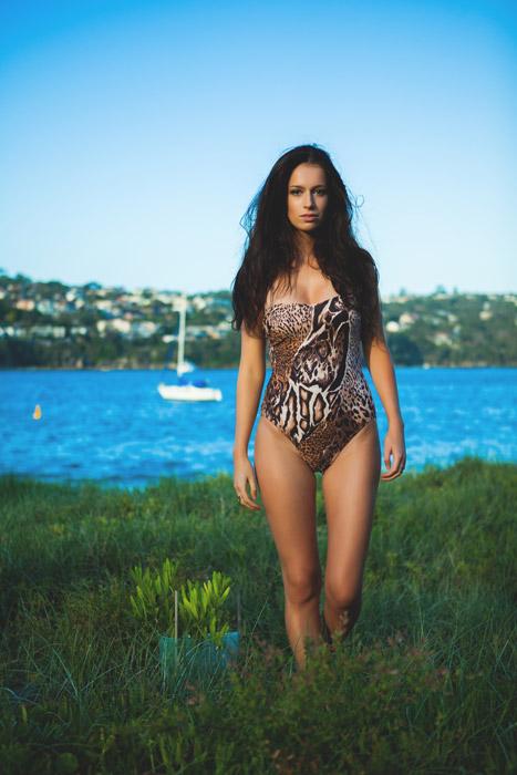 フリー写真 動物柄の水着を着た外国人女性