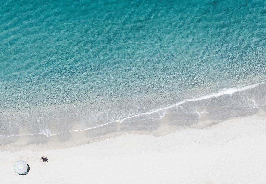 フリー写真 真上から見る海とビーチと海水浴客